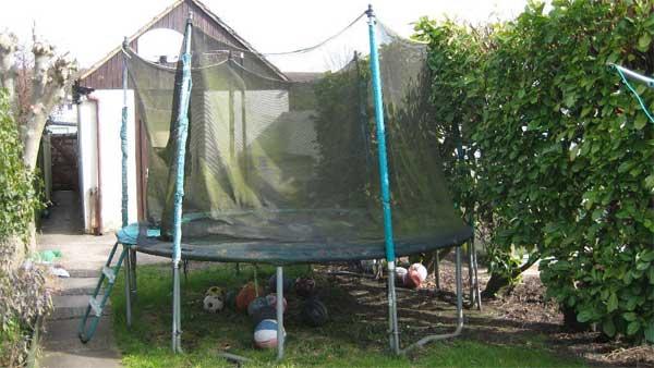 trampoline in slechte conditie